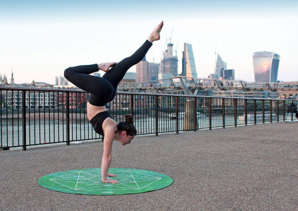 femme active faisant du yoga
